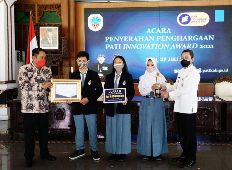 Pemenang Pati Innovation Award 2021 menerima hadiah dan penghargaan. (Foto: Diskominfo Pati)