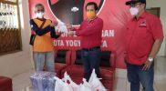 Ketua DPC PDI Perjuangan Kota Yogyakarta, Eko Suwanto menyerahkan daging kurban kepada tokoh masyarakat. (Foto:nyatanya.com/istimewa)