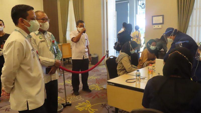 Wali Kota Pekalongan, HA Afzan Arslan Djunaid meninjau pelaksanaan vaksin pertama bagi pekerja sektor keuangan. (Foto:nyatanya.com/Diskominfo Kota Pekalongan)
