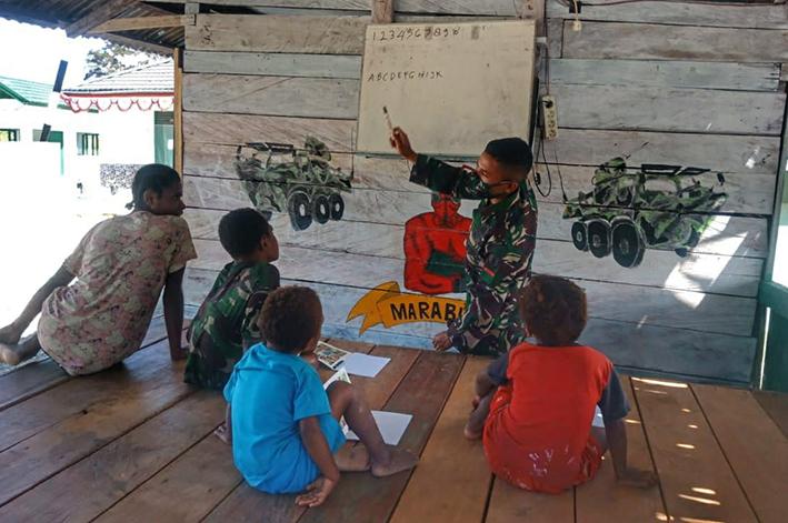 Anak-anak di perbatasan Papua semangat belajar bersama Satgas Pamtas RI-PNG Yonif Mekanis 512/QY. (Foto:nyatanya.com/istimewa)