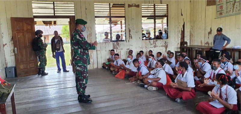 Patop Satgas Pamtas Yonif 403/Wirasada Pratista Lettu Ctp Maskur memberikan beberapa materi dasar tentang pengenalan wilayah NKRI, Cinta Tanah Air kepada anak-anak di wilayah perbatasan. (Foto:nyatanya.com/Pen Satgas Yonif 403/WP)