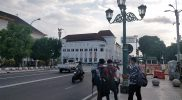 Sejumlah wisatawan masih terlihat di Nol Kilometer kota Yogyakarta, Sabtu (3/7/2021) sore. (Foto:nyatanya.com/Ignatius Anto)
