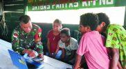 Prajurit Yonif 403/WP ajarkan anak perbatasan tentang komputer. (Foto : nyatanya.com/istimewa)