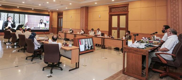Gubernur DIY Sri Sultan Hamengku Buwono X pada rapat terbatas dengan Koordinator PPKM Jawa-Bali Luhut Binsar Pandjaitan secara daring, Rabu (21/7/2021). (Foto:nyatanya.com/Humas DIY)