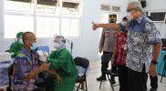 Ganjar Pranowo melihat pelaksanaan vaksin untuk penyandang disabilitas mental di Rembang. (Foto:nyatanya.com/Humas Jateng)