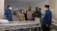 Bupati Sleman Kustini Sri Purnomo melihat fasilitas RS Respati yang baru diresmikannya sebagai RS Covid-19. (Foto:nyatanya.com/Humas Sleman)