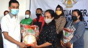 Wali Kota Yuliyanto memberikan sumbangan beras secara simbolis kepada KPM. (Foto:nyatanya.com/Diskominfo Salatiga)
