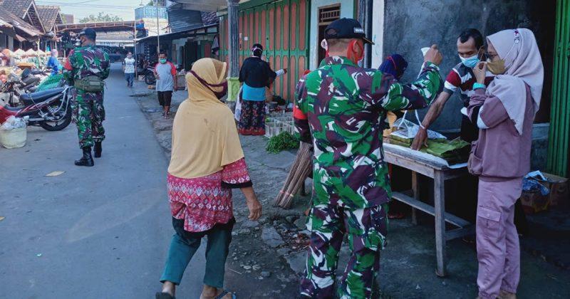 Kegiatan ini dilaksanakan sebagai upaya pendisiplinan pelaksanaan Prokes melalui razia kelengkapan masker di pasar Cuplik, Bulakan, Sukoharjo. (Foto:nyatanya.com/Koramil 01/Skh)
