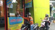 Saparatu, layanan pinjam buku tanpa perlu turun dari motor yang dikembangkan Perpustakaan Kota Yogyakarta. (Foto: Humas Pemkot Yogya)