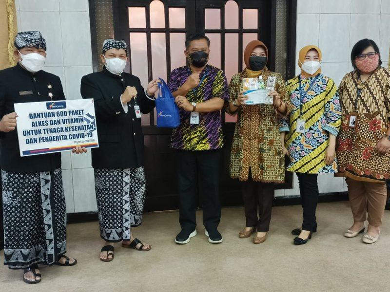 Bupati Semarang Ngesti Nugraha saat menerima bantuan penanganan Covid-19 dari Bank Jateng Cabang Ungaran. (Foto:nyatanya.com/Diskominfo Kab. Semarang)