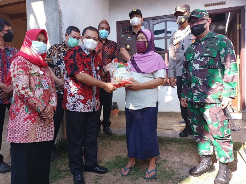 Bupati Semarang Ngesti Nugraha menyerahkan bantuan beras secara simbolis kepada perwakilan warga Desa Polobogo, Getasan. (Foto:nyatanya.com/Diskominfo Kab Semarang)