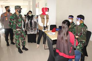 Bupati Hj. Etik Suryani meninjau serbuan vaksinasi yang digelar Kodim 0726/Sukoharjo. (Foto:nyatanya.com/Diskominfo Sukoharjo)