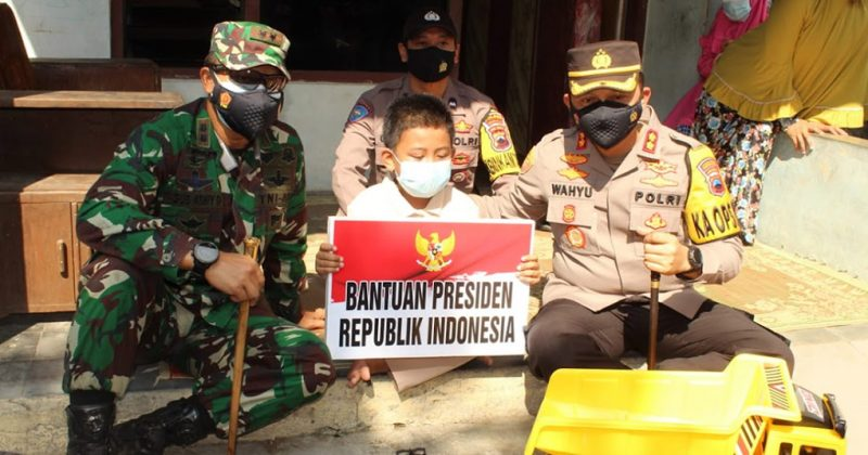 Ghifari Putra Setyawan menerima bantuan dari Presiden Jokowi yang diserahkan Letkol Inf Agus Adhy Darmawan, S.I.P., M.I.Pol (Dandim 0726/Sukoharjo) dan Kapolres Sukoharjo AKBP Wahyu Nugroho Setyawan, S.I.K., M.PICT., M.Krim. (Foto: Humas Sukoharjo)