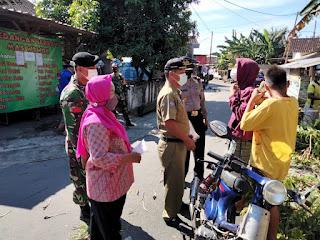 Aparat gabungan wilayah Kecamatan Gatak menggelar patroli menyapa warga masyarakat, memberikan imbauan, edukasi dan sosialisasi Prokes. (Foto:nyatanya.com/Humas Pemkab Sukoharjo)