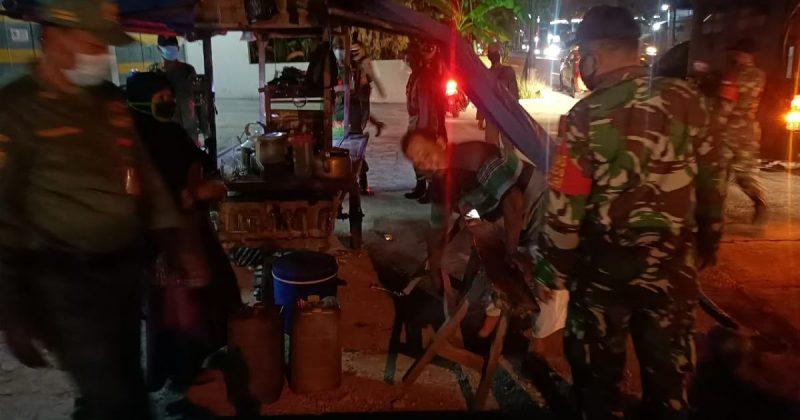 Aparat gabungan wilayah Kecamatan Baki patroli keliling kampung-kampung melaksanakan sosialisasi pemberlakuan PPKM Darurat. (Foto:nyatanya.com/Humas Pemkab Sukoharjo)