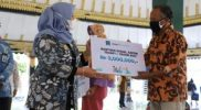 Bupati Sleman Kustini Sri Purnomo secara simbolis menyerahkan bantuan kepada penyandang disabilitas berat. (Foto:nyatanya.com/Humas Sleman)