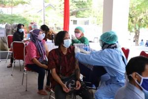 Pelaksanaan vaksinasi yang digelar Dekranasda Sleman. (Foto: Humas Sleman)