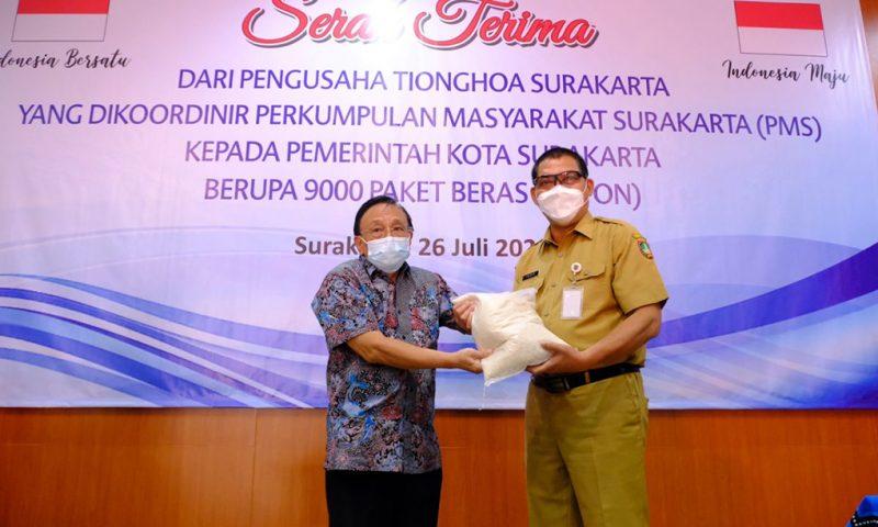 Perkumpulan Masyarakat Surakarta menyerahkan bantuan beras kepada Pemkot Surakarta. (Foto:nyatanya.com/Humas Pemkot Surakarta)