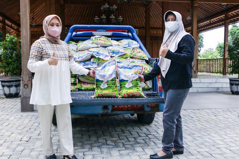 Wulan Purnama Sari dari PT Ndayu Alam Asri menyerahkan bantuan beras kepada Pelaksana Tugas (Plt) Kepala Dinas Sosial Sragen, Yuniarti. (Foto:nyatanya.com/Diskominfo Sragen)