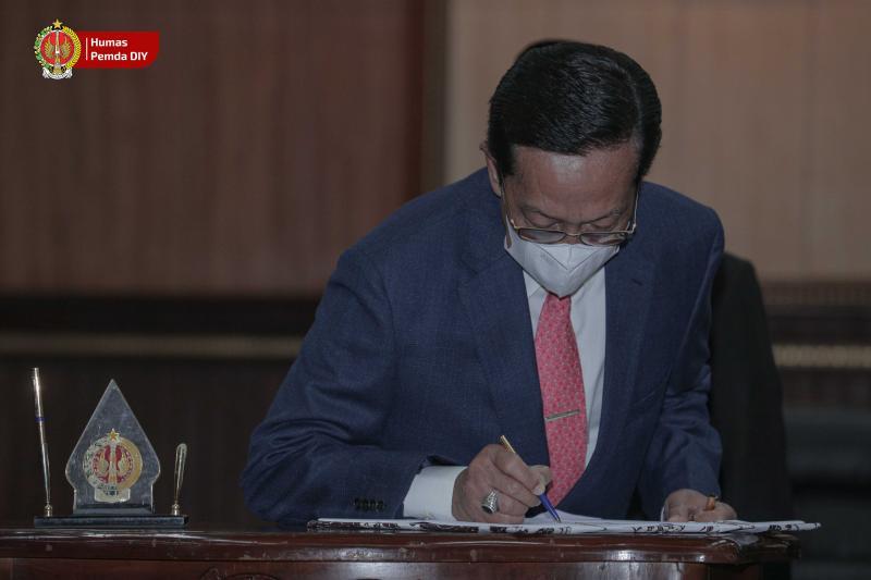 Gubernur DIY menandatangani naskah persetujuan bersama Raperda Tahun Anggaran 2020. (Foto: nyatanya.com/Humas Pemda DIY)