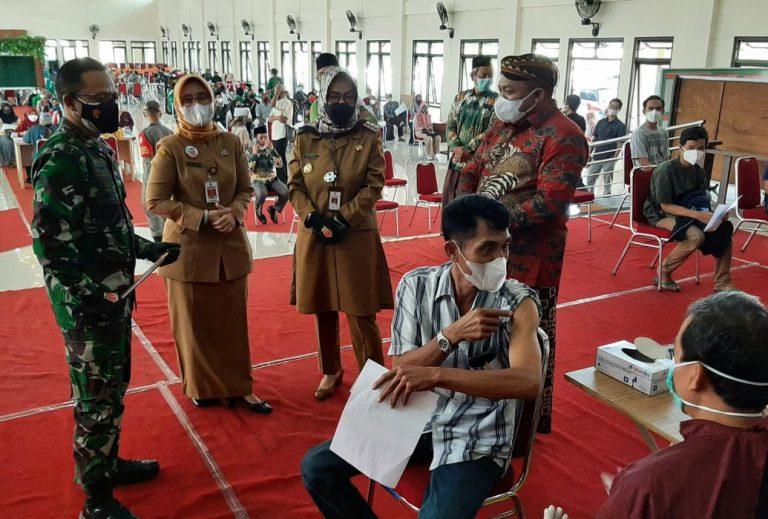 Bupati Sukoharjo, Hj Etik Suryani SE MM kembali memantau pelaksnaaan vaksinasi yang digelar Kodim di Graha PGRI. (Foto:nyatanya.com/Diskominfo Sukoharjo)