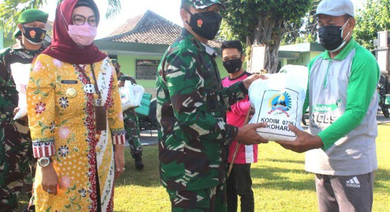 Relawan pemakaman Covid-19 Sukoharjo menerima bantuan beras dari pemerintah melalui Kodim 0726/Sukoharjo. (Foto: Humas Kab.Sukoharjo)