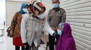 Bupati Hj Etik Suryani saat meninjau pelaksanaan vaksinasi yang digelar Polres Sukoharjo di Sentra Niaga, Solo Baru. (Foto:nyatanya.com/Humas Pemkab Sukoharjo)