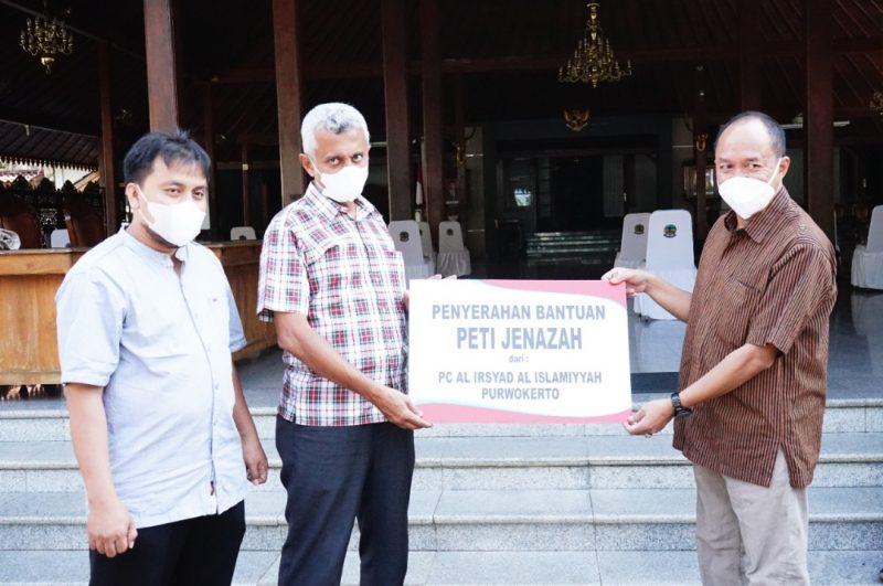 Wakil Bupati Sadewo Tri Lastiono secara simbolis menerima bantuan 152 unit peti jenazah. (Foto:nyatanya.com/Diskominfo Banyumas)