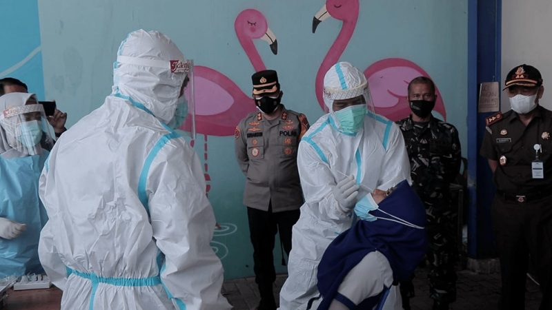Tes usap (swab) antigen secara acak kepada karyawan toko di Temanggung. (Foto:nyatanya.com/Diskominfo Jateng)