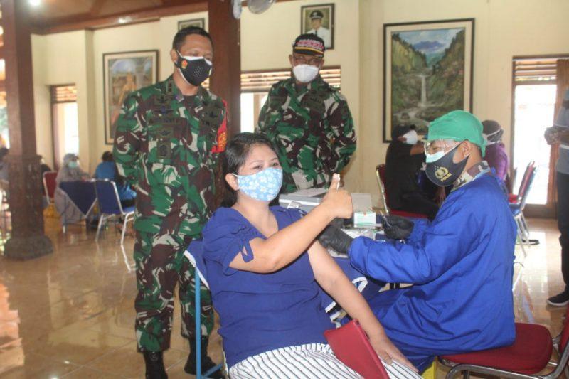 Warga Kecamatan Kartasura antusias mengkikuti serbuan vaksinasi yang digelar Kodim 0726/Sukoharjo. (Foto:nyatanya.com/Humas Sukoharjo)