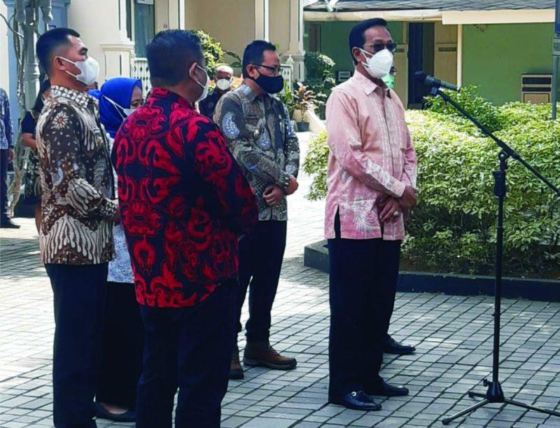 Gubernur DIY Sri Sultan Hamengku Buwono X memberikan keterangan pers usai gelar rapat tertutup terkait PPKM Darurat.     (Foto: nyatanya.com/Prastyawan)
