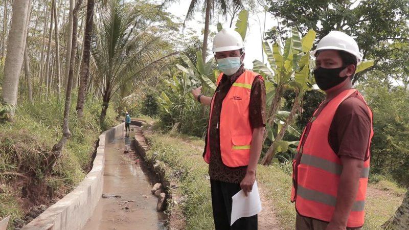 Kepala DPU PR Kabupaten Temanggung Hendra Sumaryana saat meninjau pembangunan irigasi di Desa Wonokerso, Kecamatan Tembarak. (Foto:nyatanya.com/Diskominfo Temanggung)