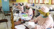 Petugas kesehatan Puskesmas Dharmarini Temanggung saat melayani vaksinasi guru dan karyawan sekolah. (Foto:nyatanya.com/Humas Jateng)