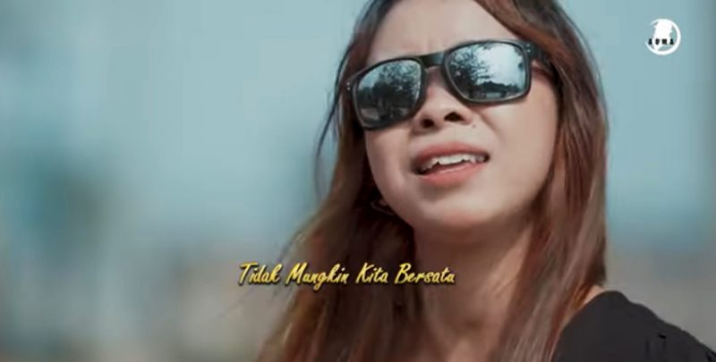 Tiho Syl dengan single Ulo Weling. (Foto:nyatanya.com/YouTube PT Aoma Record Indonesia)