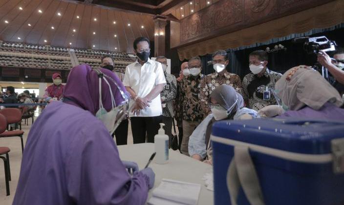 Gubernur DIY Sri Sultan Hamengku Buwono X meninjau pelaksanaan vaksinasi yang digelar OJK DIY di Gedung Grha Sabha Pramana UGM. (Foto:nyatanya.com/Humas Pemda DIY)