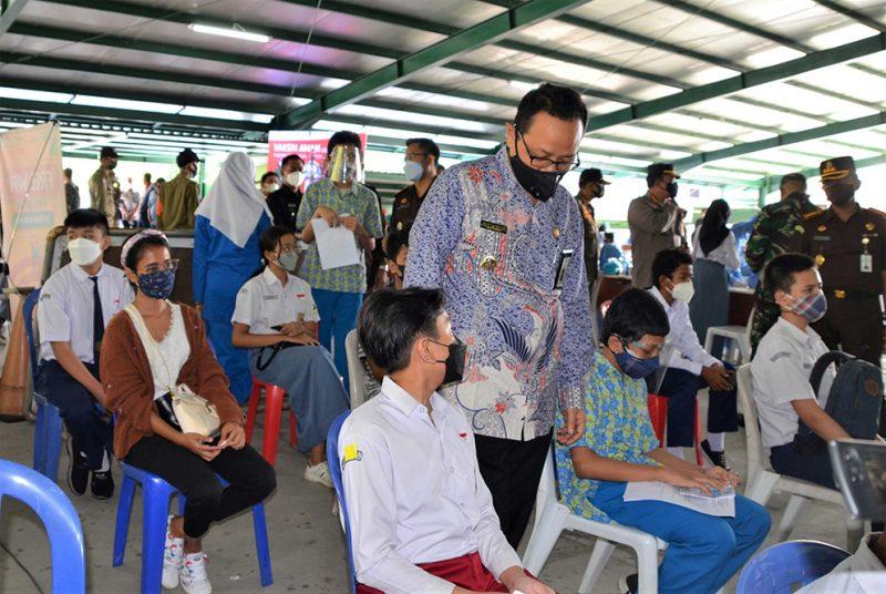 Wakil Walikota Yogyakarta Heroe Poerwadi meninjau pelaksanaan vaksinasi pada anak. (Foto:nyatanya.com/Humas Pemkot Yogya)