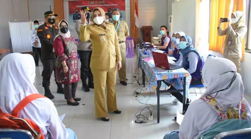 Bupati Pekalongan, Fadia Arafiq melihat pelaksanaan vaksinasi perdana bagi pelajar. (Foto:nyatanya.com/Diskominfo Pekalongan)