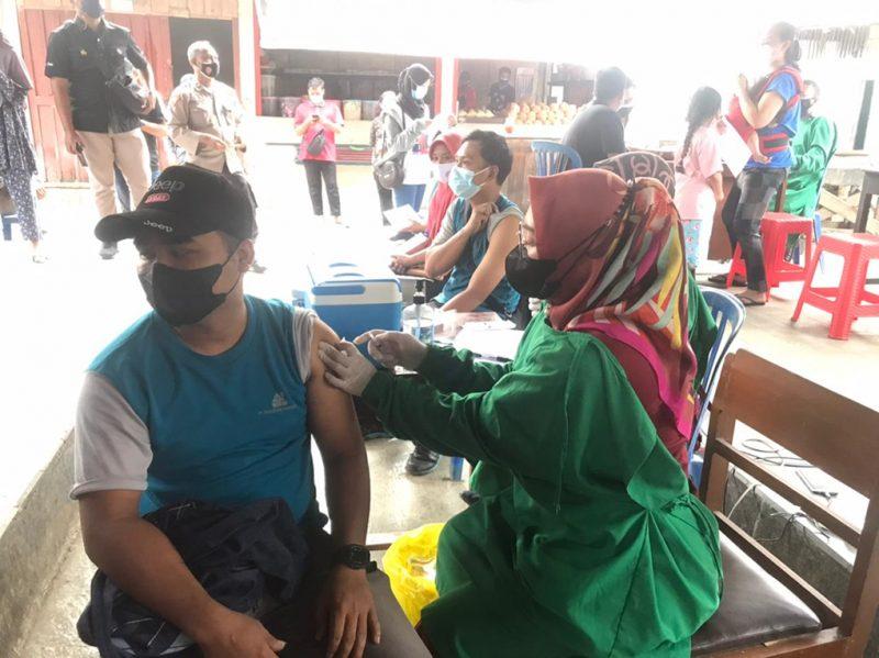 Vaksinasi Covid-19 bagi para pedagang di Pasar Borobudur. (Foto:nyatanya.com/Diskominfo Magelang)