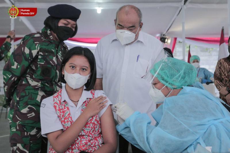 Wagub DIY KGPAA Paku Alam X meninjau pelaksanaan vaksin untuk anak sekolah. (Foto:nyatanya.com/Humas Pemda DIY)