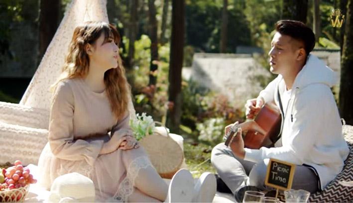 Via Vallen feat Chevra dengan lagu baru 'Memandangmu'. (Foto: YouTube Via Vallen Official)