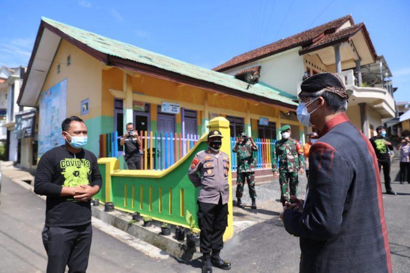 Ganjar Pranowo saat mengunjungi Desa Kecis, Kecamatan Selomerto, Kabupaten Wonosobo yang jadi klaster hajatan. (Foto:nyatanya.com/Humas Jateng)