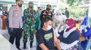 Bupati Yuni turut menjadi vaksinator. (Foto:nyatanya.com/Diskominfo Sragen)