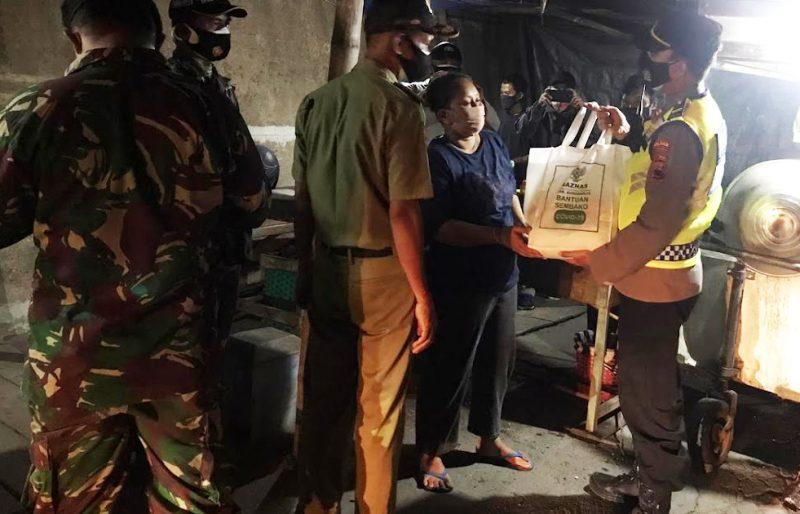 Selain gelar operasi yustisi, petugas juga memberikan bantuan sembako bagi PKL. (Foto:nyatanya.com/Diskominfo Sukoharjo)