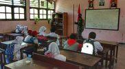 Prajurit Yonif 512/QY jadi guru bantu di sekolah wilayah perbatasan. (Foto: nyatanya.com/dokumentasi Yon 512/QY)