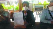 Tim Kuasa Hukum dari Lembaga Bantuan Hukum Nyi Ageng Serang Wates Kulonprogo menunjukkan bukti surat laporan yang dilayangkan Jamil Rozi kepada Polres Purworejo. (Foto: nyatanya.com/istimewa)