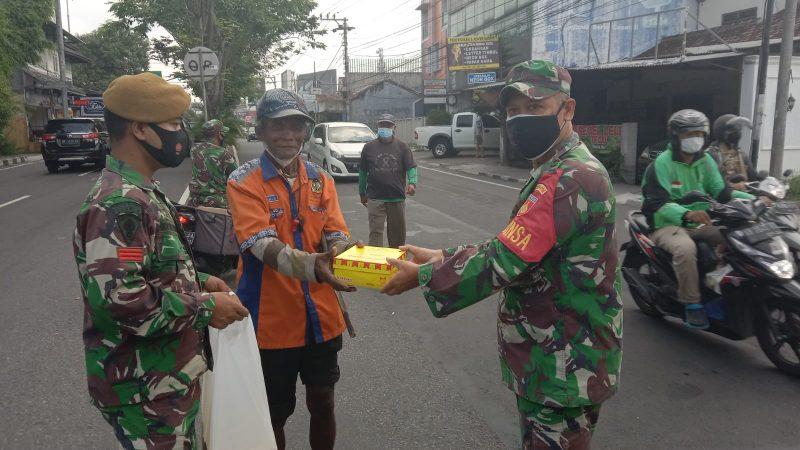 Prajurit Koramil Tegalrejo dan Satgas BKO Armed bagikan nasi kepada warga dalam program Jumat Berkah. (Foto: dokumentasi Koramil 02/Tegalrejo)
