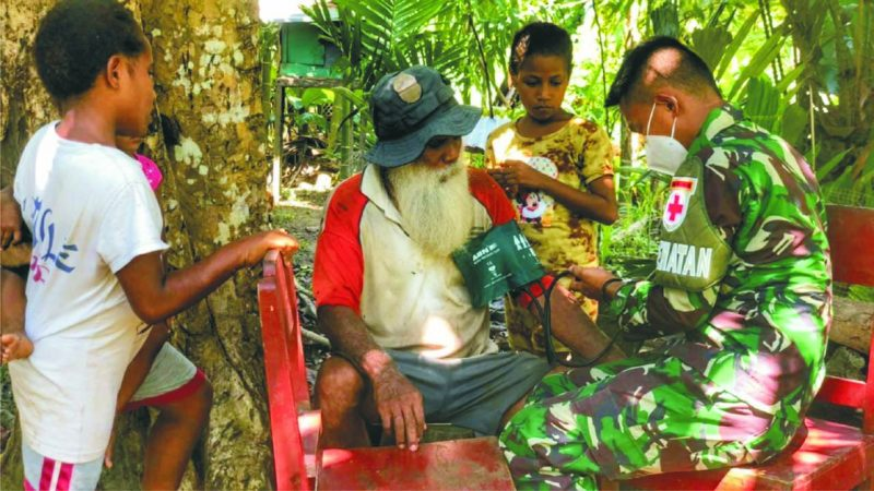 Prajurit Yonif 512/QY datangi warga perbatasan Papua-PNG beri pengobatan. (Foto: nyatanya.com/istimewa)