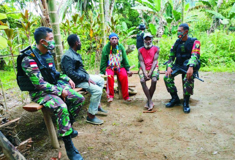 Prajurit Yon 403/WP laksanakan komsos dengan warga perbatasan.  (Foto: nyatanya.com/istimewa)
