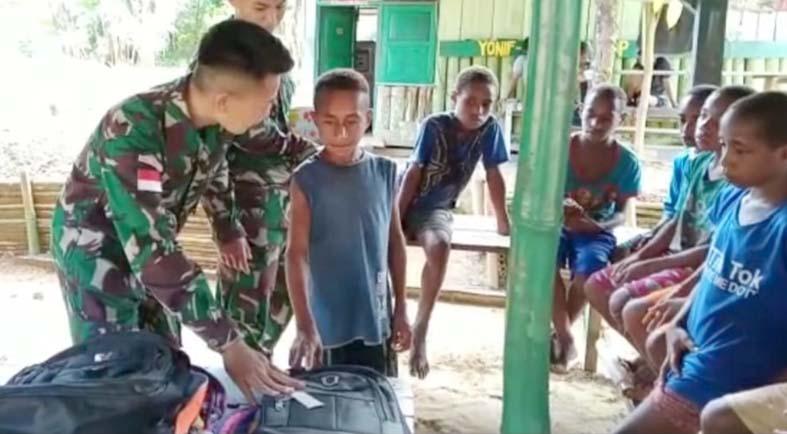 Prajurit Yonif 403 bagikan alat sekolah. (Foto: nyatanya.com/istimewa)