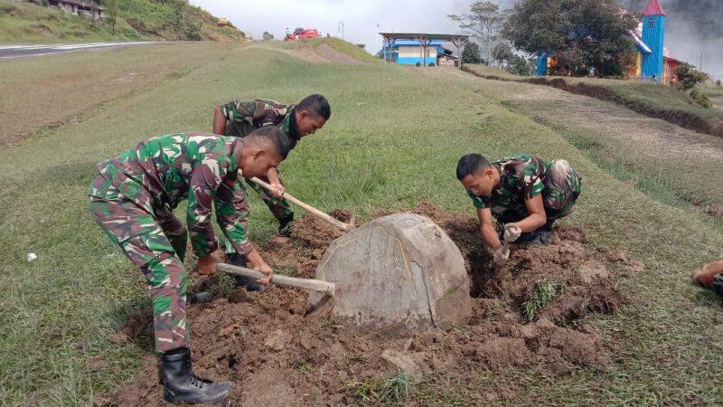 Prajurit Yonif 403/WP gotong-royong angkat temuan batu prasasti sesepuh. (Foto : dokumentasi Yonif 403/WP)